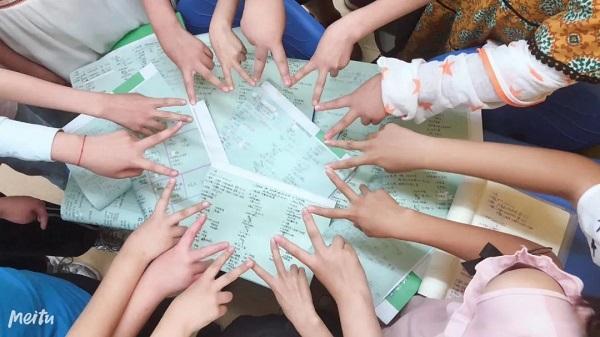 和孩子们在课堂一起做游戏